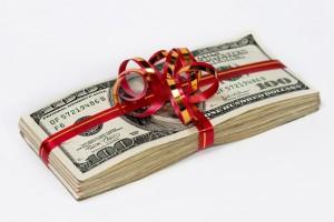 Деньги в праздничной обертке
