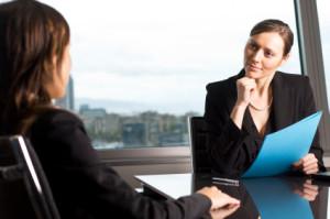 Девушка на консультации по приему на работу