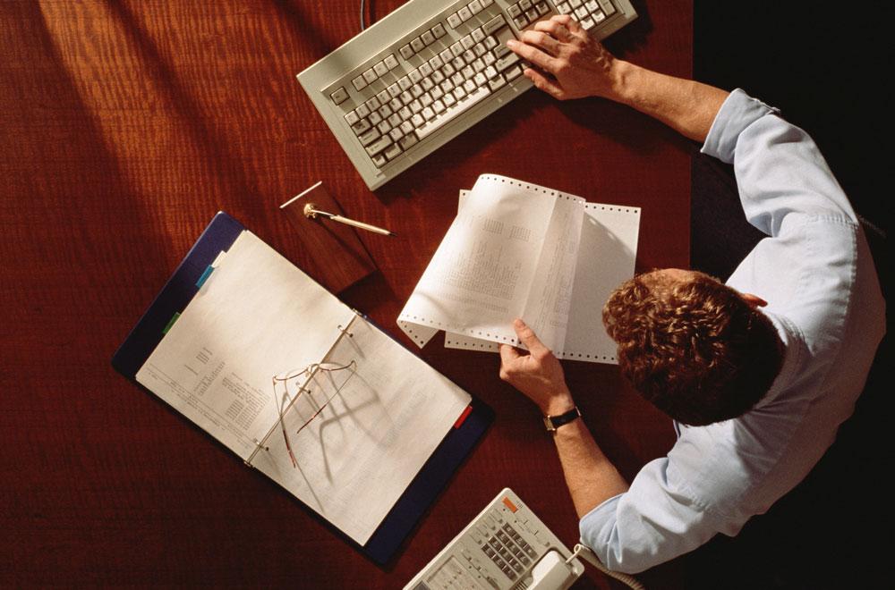 Мужчина работает за рабочим столом
