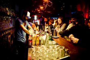 Бармен в ночном клубе