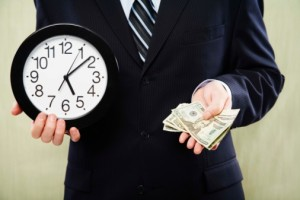 Мужчина с часами и деньгами в руках