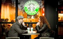 Мужчина и женщина пьют кофе в Starbucks