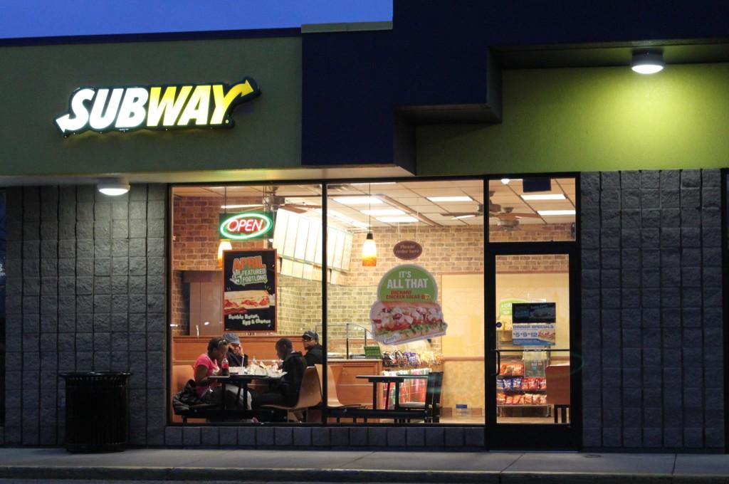 Ресторан Subway в ночном городе