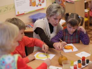 Воспитатель детского сада с детьми