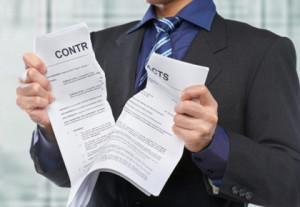 Мужчина разрывает контракт
