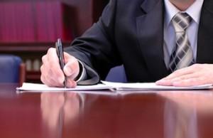 Предприниматель заполняет документы