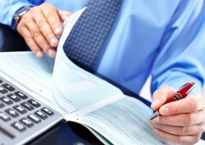 Бизнесмен заполняет документы