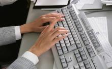Девушка печатает на клавиатуре