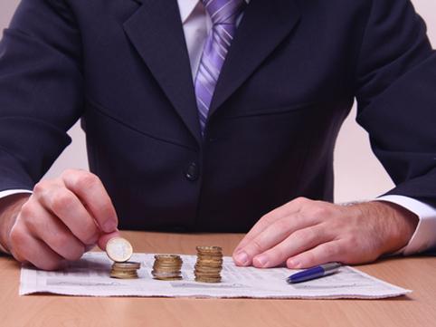 Мужчина с монетками на бумаге