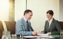 Мужчина и женщина беседуют за деловым столом