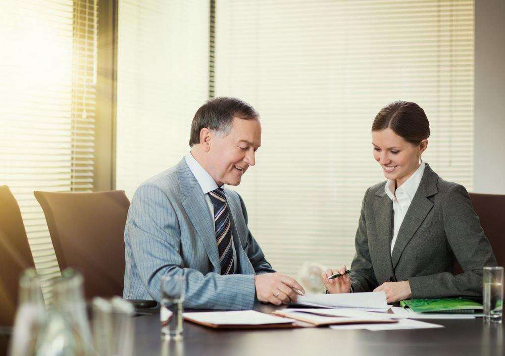 Предприниматели беседуют за деловым столом