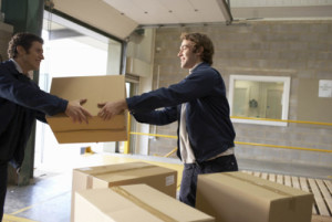 Мужчина передает коробку мужчине