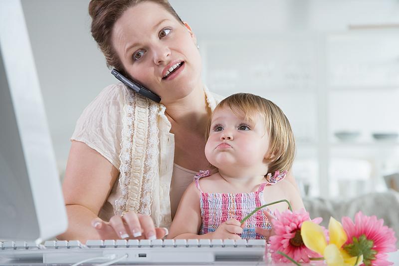 Мама с ребенком разговаривает по телефону