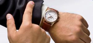 Часы у мужчины на запястье