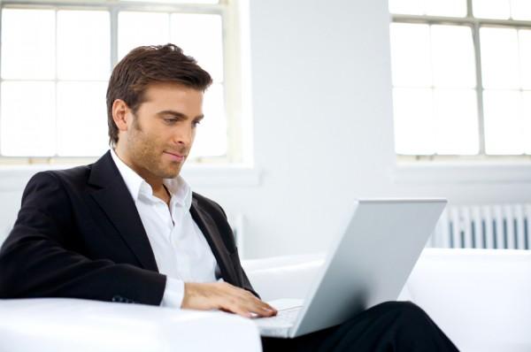 Человек за ноутбуком