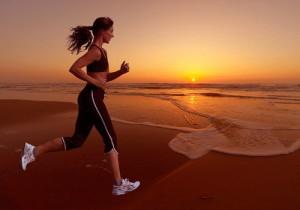 Девушка бежит на пляже