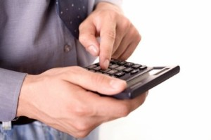 Мужчина с калькулятором