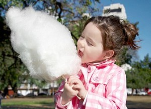 Девочка со сладкой ватой