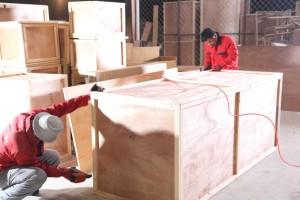 Мужчины упаковывают мебель