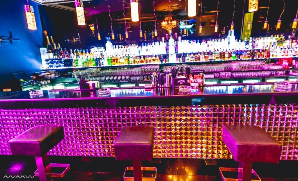 Барная стойка в ночном клубе