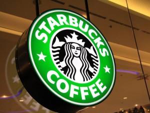 Вывеска Starbucks в кофейне