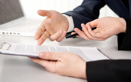 Бизнесмены анализируют договор дополнительного соглашения