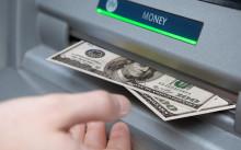 Долларовые купюры из банкомата