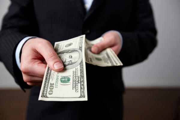 Эффект кредитного плеча, возникает только в тот момент, когда торговец использует заемные средства, для достижения своих целей. Процентная стоимость заемных средств, значительно меньше дохода от их использования, что в свою очередь, позволяет увеличить рентабельность.