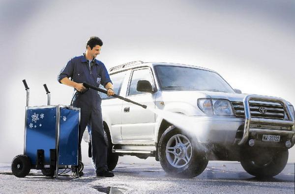 Мужчина моет автомобиль