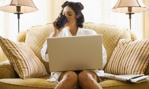Женщина с ноутбуком на диване