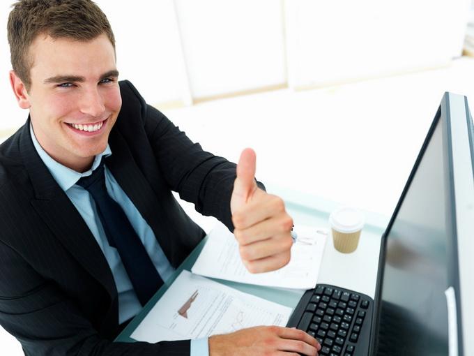 Бизнесмен за компьютером