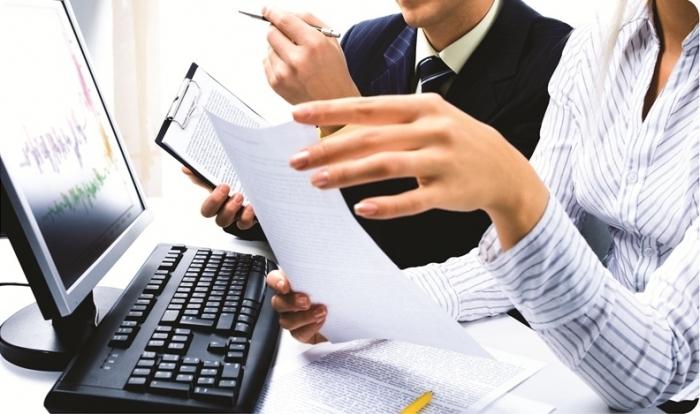 Бухгалтеры за компьютером