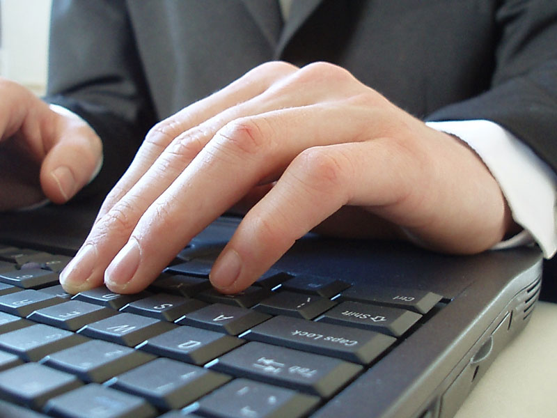 Человек сидит за ноутбуком