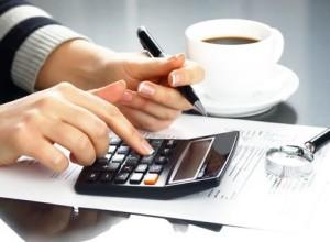 Бизнесмен рассчитывает доходы предприятия