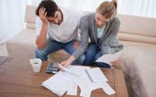 Муж и жена возятся с долгами