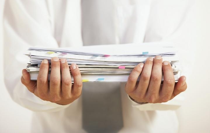 Мужчина держит в руках документы