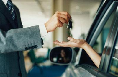 Мужчина передает ключи от машины