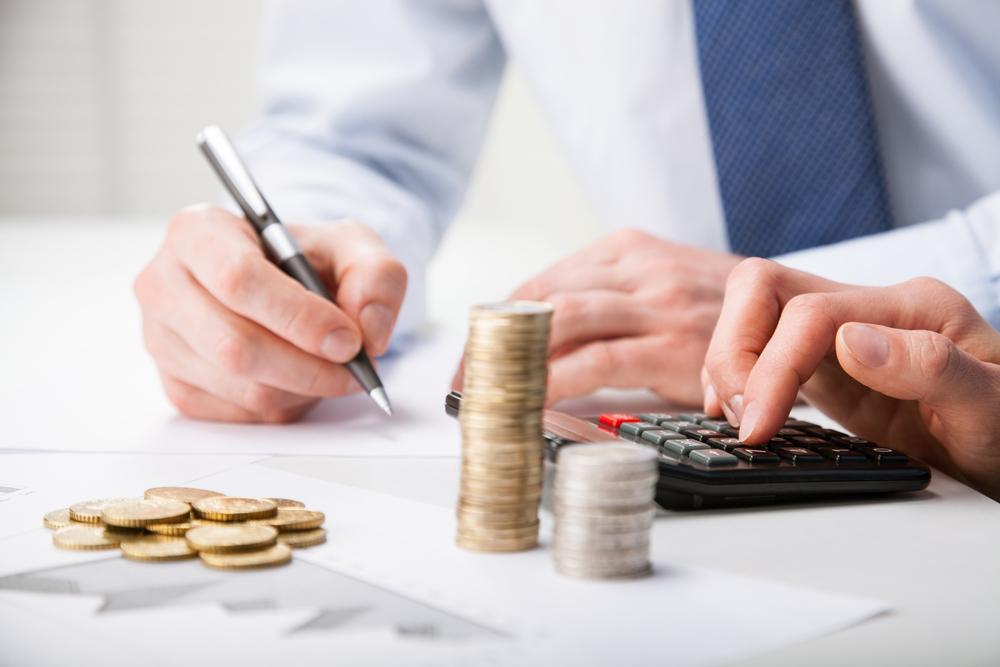 Мужчина рассчитывает пени по ставке рефинансирования
