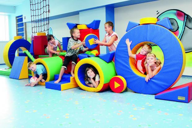 Дети играют в детском развивающемся центре