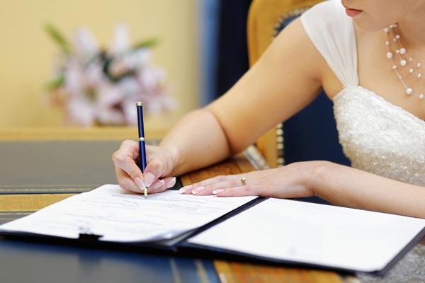 Девушка оформляет документы