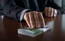 Директор передает деньги
