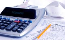 Калькулятор и бумаги на столе