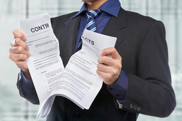 Мужчина разорвал контракт
