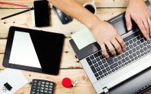Рабочий стол с ноутбуком и гаджетами