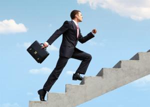 Мужчина в костюме поднимается по лестнице