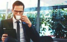 Бизнесмен с чашкой кофе