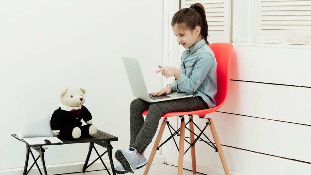 Девочка с ноутбуком